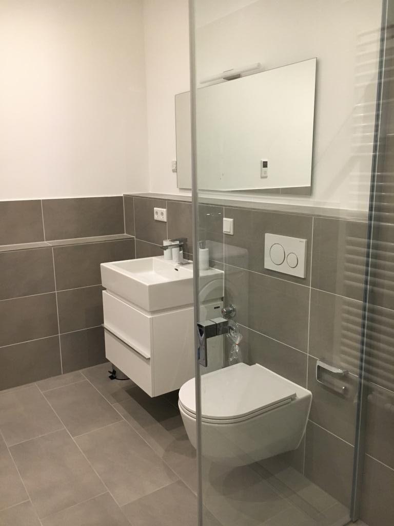 Schones Und Hochwertiges Badezimmer Mit Dunklen Fliesen Hellen Bademobeln Und Grossem Spiegel Badezimme Badezimmer Fliesen Badezimmer Badezimmer Einrichtung