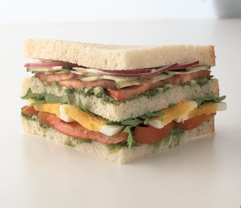 En la panadería Susi elaboramos exquisitos panes para que puedas elaborar tus recetas favoritas. Te invitamos a que disfrutes de un delicioso sanduche como este: Usa pan centeno de la repostería Susi, rodajas de tomate con un poco de lechuga y huevo cocido... y listo!¨ Comete un sanduche rico y saludable!