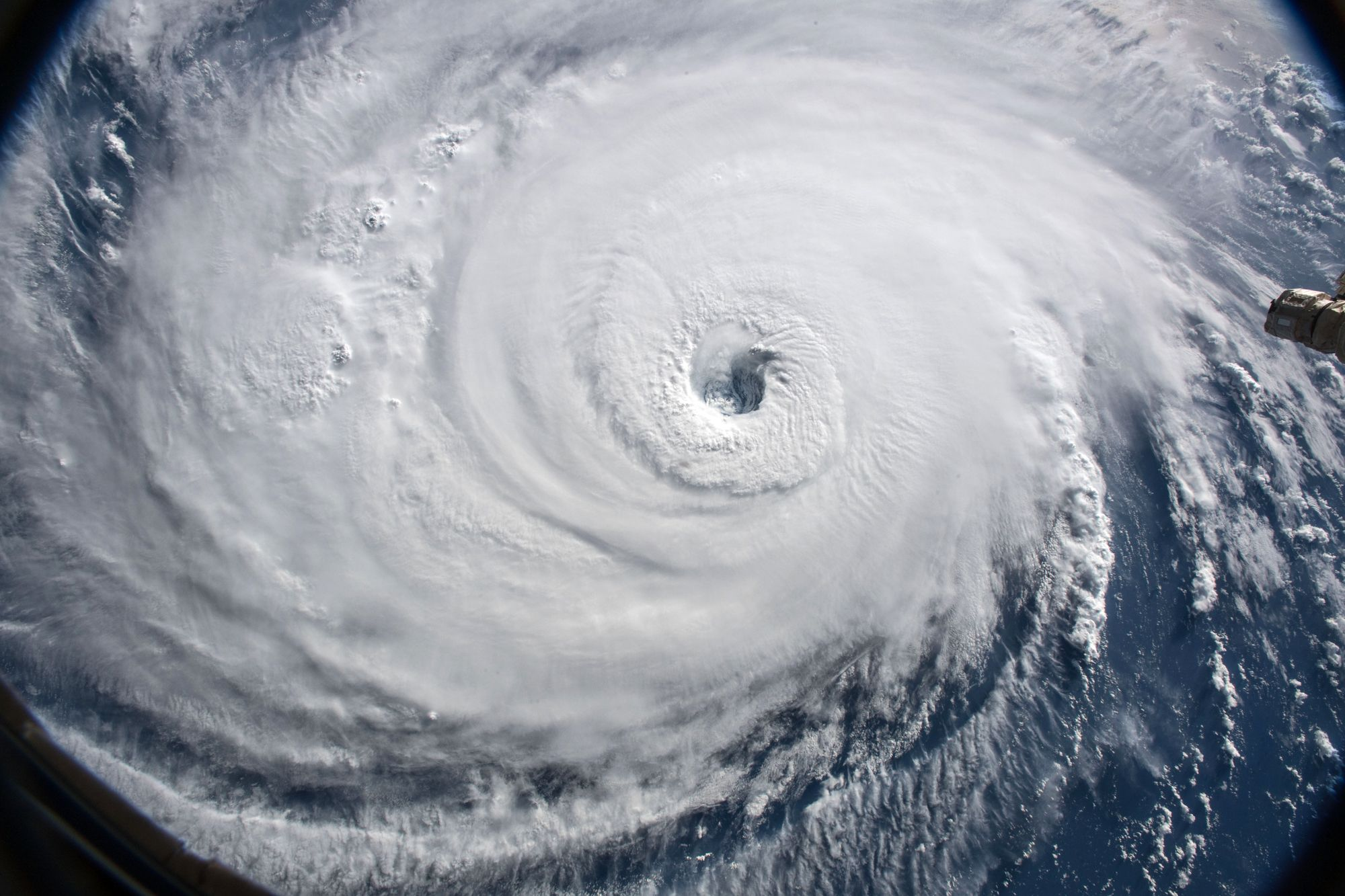 Hurricane Florence Makes Landfall As Category 1 Storm As Rescue Teams Work To Save The Trapped Climate Change Storm Surge Global Warming