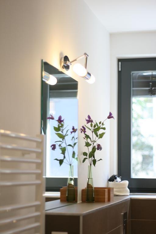 Edle Badezimmer Einrichtung, Der Schlichte Blumenstrauß Setzt Einen  Farbakzent. Wohnung In Berlin