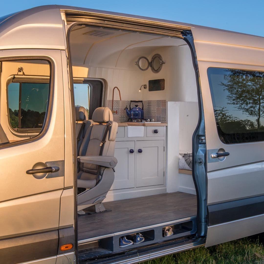 ein gew hnlicher van wird zum mobilen zuhause auf r dern. Black Bedroom Furniture Sets. Home Design Ideas