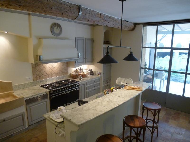 cuisine provençale moderne avec plans en cachemir blanc, un grand - plan ilot central cuisine