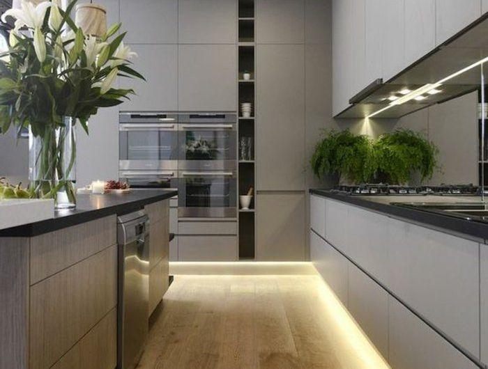Deckenleuchte LED Beleuchtung am Boden - perlgraue Küche mit vielen