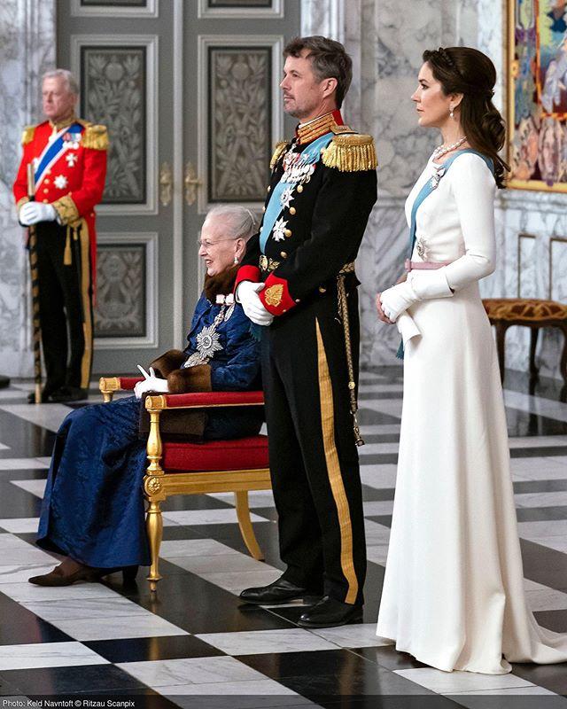 """DET DANSKE KONGEHUS on Instagram: """"I Riddersalen på Christiansborg Slot ønskede H.M. Dronningen og Kronprinsparret tidligere i dag godt nytår til det diplomatiske korps i…"""""""