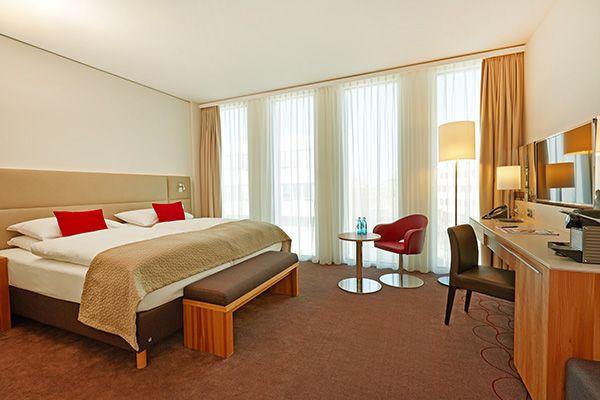 Blick in eines der Hotelzimmer / View into one of the hotel rooms | H4 Hotel München Messe