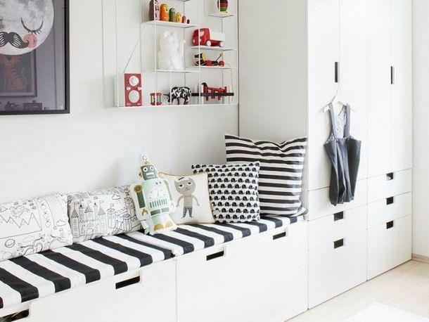 Białe Meble Z Ikea I Biało Czarne Poduszki I Siedziska W