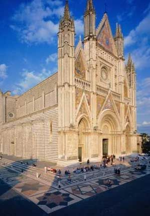 Love coming to this piazza in Orvieto; when the sun hits the gold mosaic on the front of the Duomo, the whole piazza is bathed in a warm, golden light.