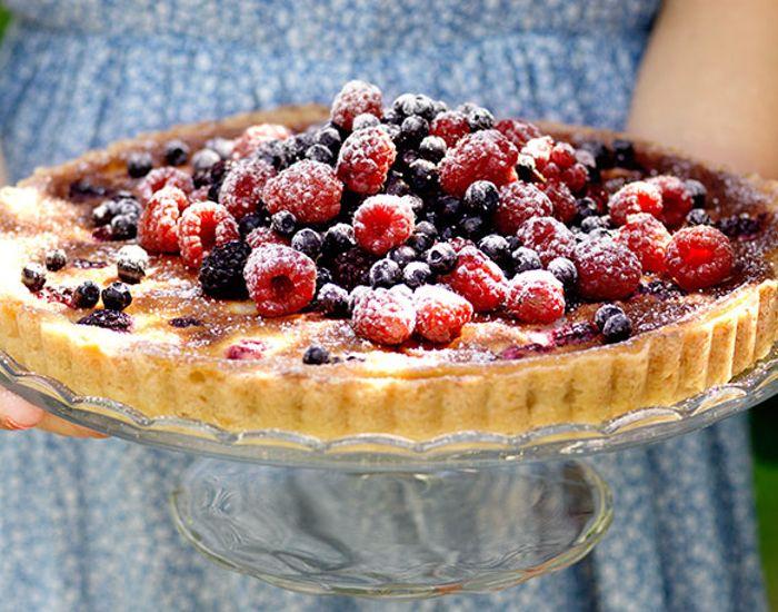 Nem tærte med friske bær, som vil tage dine weekendgæster med storm. En perfekt opskrift på en lækker dessert.
