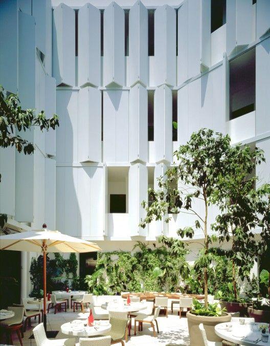 Condesa DF / JSª. Ciudad de México, México. Utiliza pantallas plegables de aluminio para transformar el espacio y permitir el paso de aire e iluminación.
