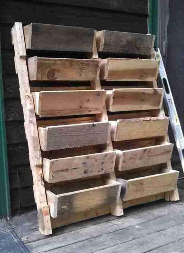recycler palette en bois en pots de fleurs or other kinds of storage in garden