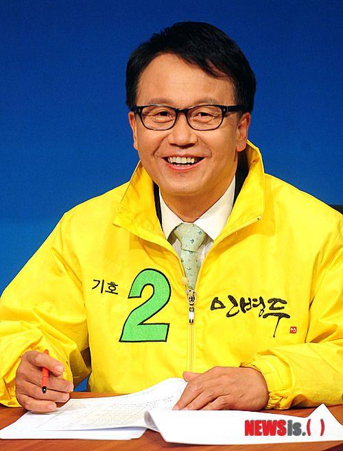 TV토론 준비하시는 민병두 후보.