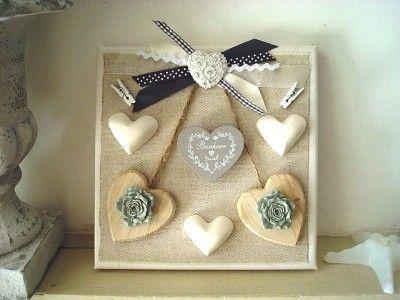 Cadre 3D de 20cm de coté décoré de deux coeurs en bois surmonté par un coeur réhaussant un ensemble de multi rubans, et d'un coeur bonheur gris, déco création