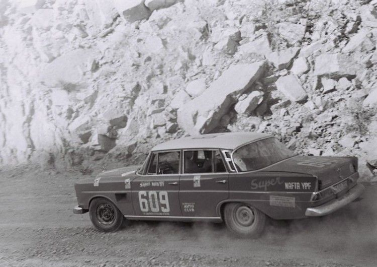 Touring Car #GrandPrix of Argentina, 28 October - 7 November #1964: Ewy Rosqvist-von Korff and Eva-Maria Falk finish in third place in the overall standings in a #Mercedes Benz 300SE. The photo shows the descent from the 1,980-metre-high Cuesta de Miranda. #MercedesBenzofHuntValley