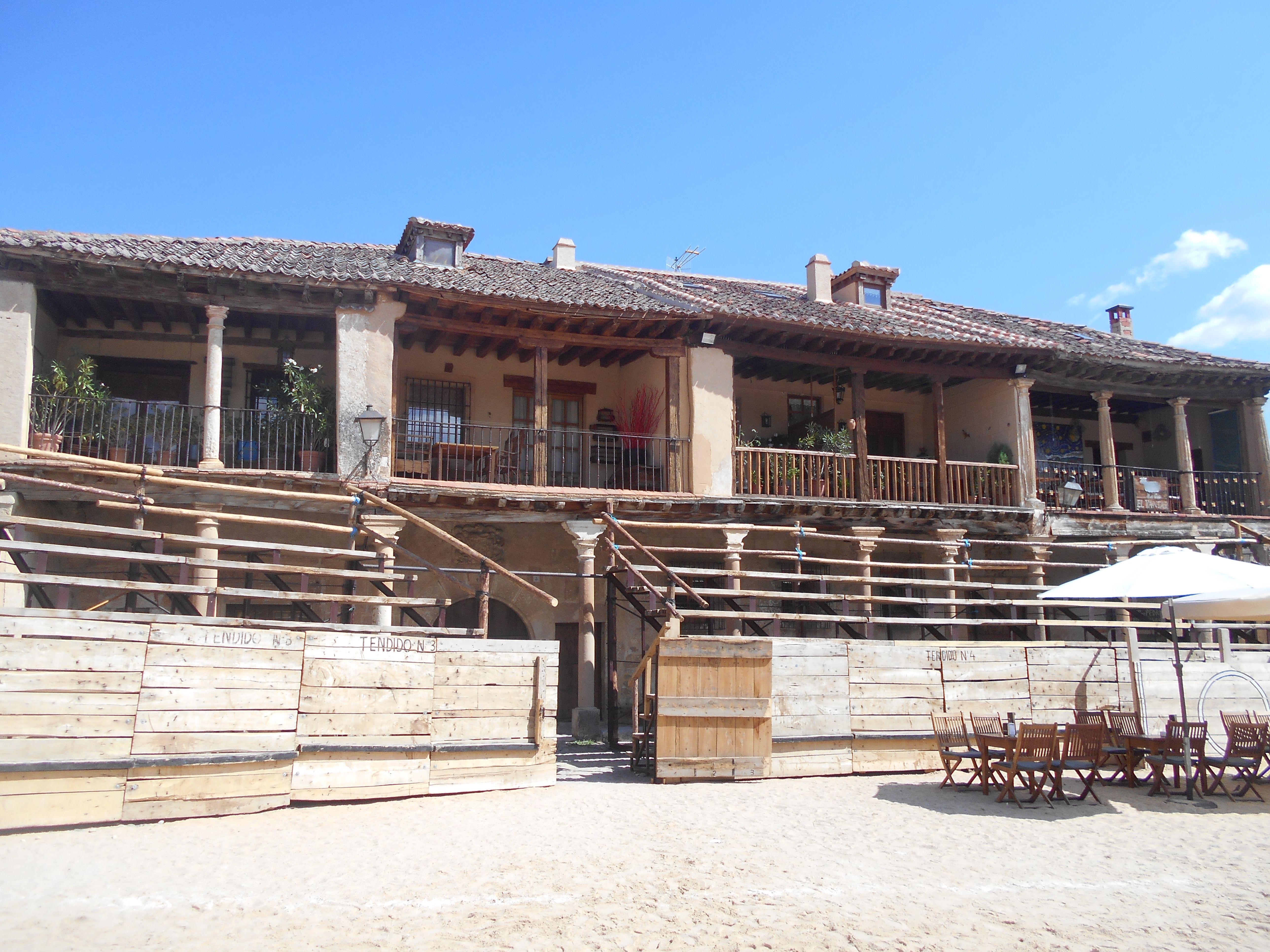 Casas con soportales y balcones de Plaza Mayor.