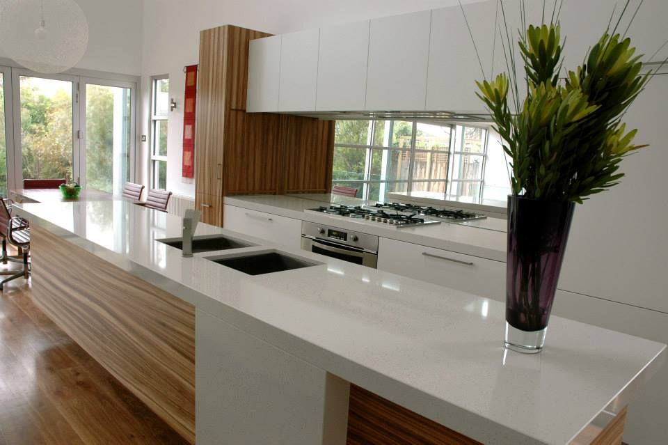 This Sleek Kitchen Is Timeless The Contrast Between The Veneer And The Solid White Brings This Kitchen To Life And Enhanc Sleek Kitchen Kitchen Custom Kitchen