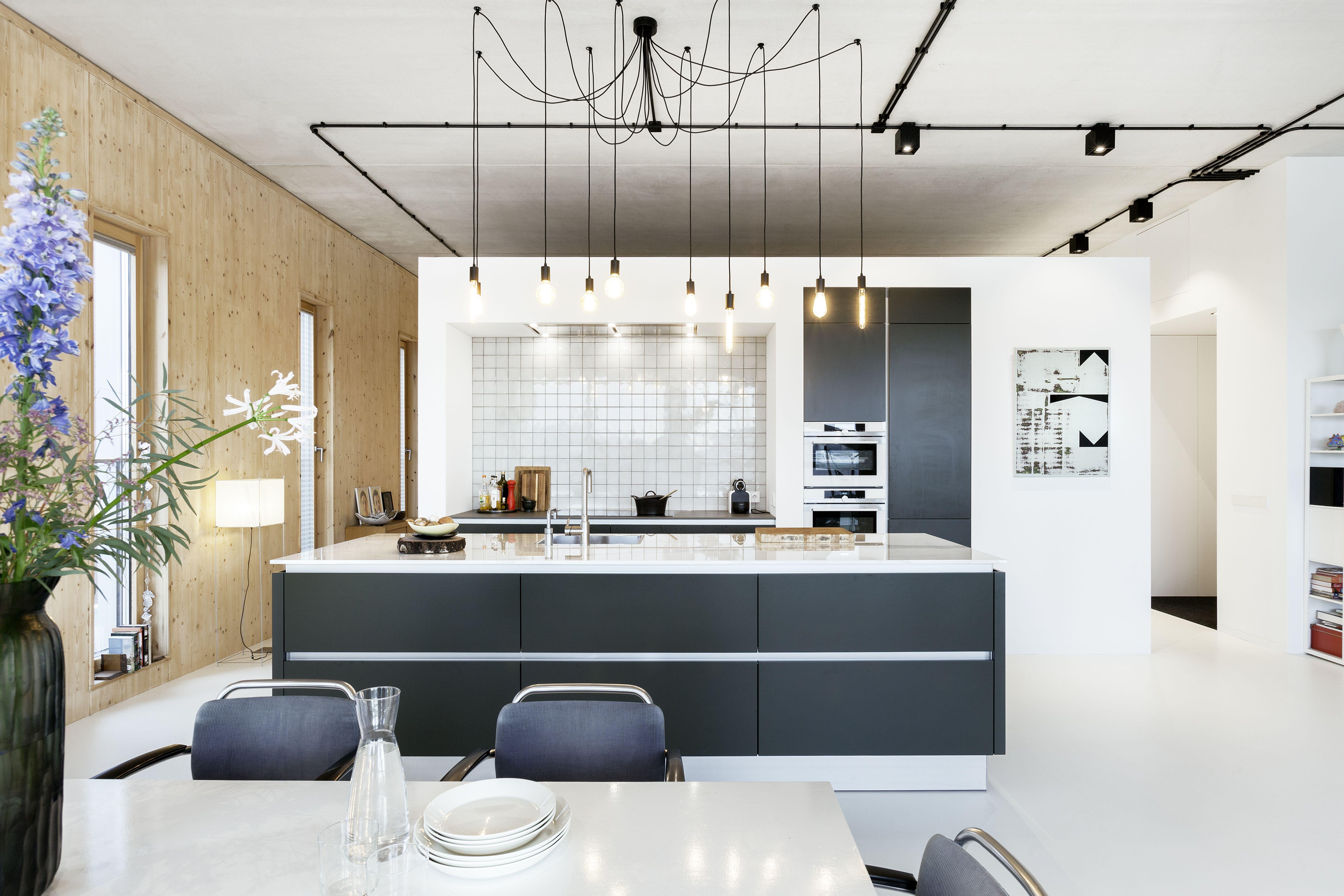 Moderne Warme Keuken : Moderne sfeervolle keuken met kookeiland door de toepassing van