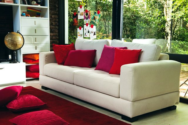 Como Decorar Un Sofa Blanco Con Cojines.Energiza Tu Living Con Alfombra Y Cojines Rojos Contrastados