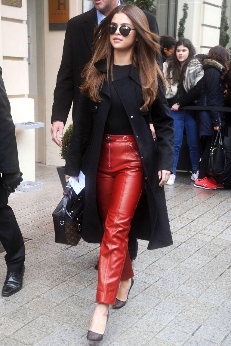 selena gomez usa calça vermelha e oculos maxi