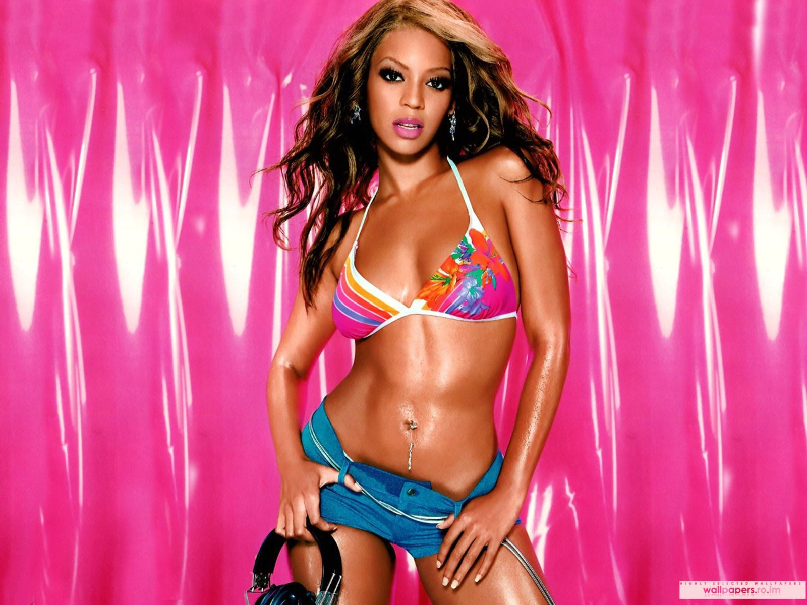 beyonce with headphones | Beyonce Giselle Knowles with headphones in her hand Wallpaper ...