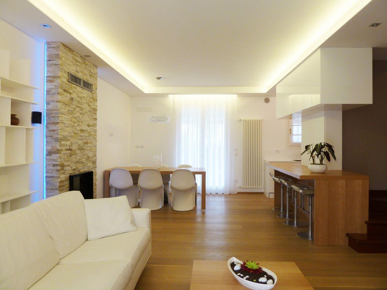 uno splendido soggiorno illuminato da strisce led bianche  strisce led  Pinterest  Strisce ...