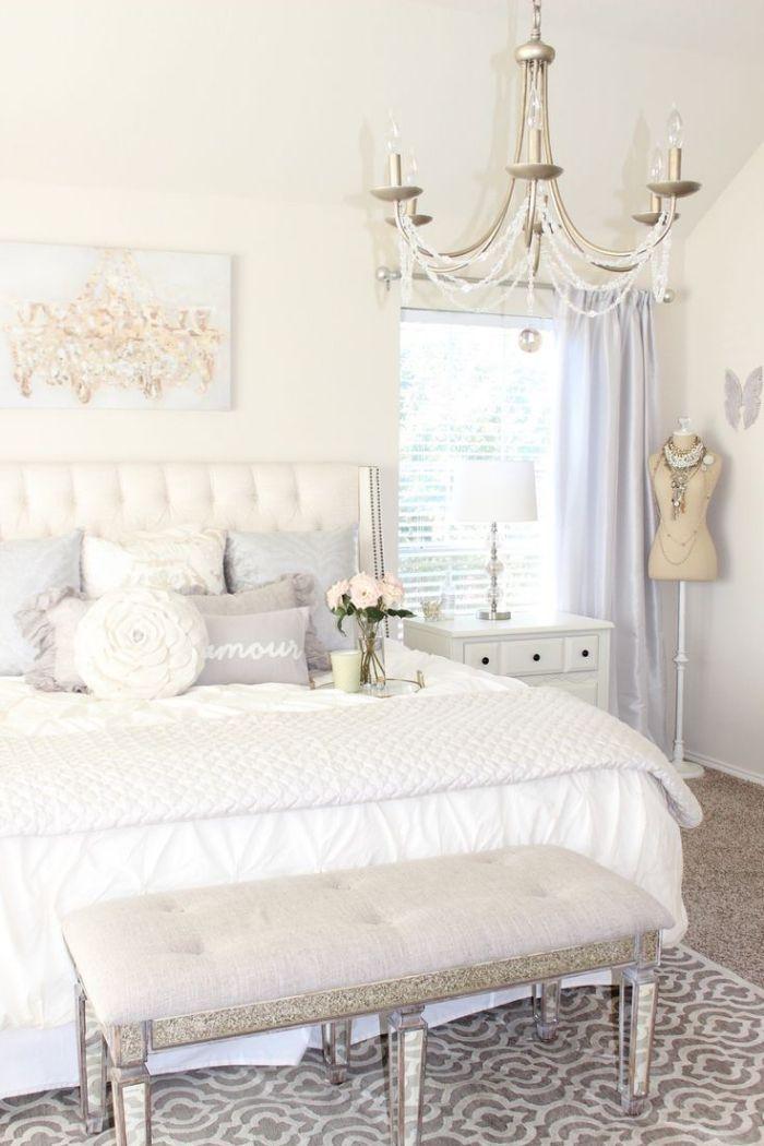 chambre ado avec banc devant le lit et rideaux longs de couleur bleu ...