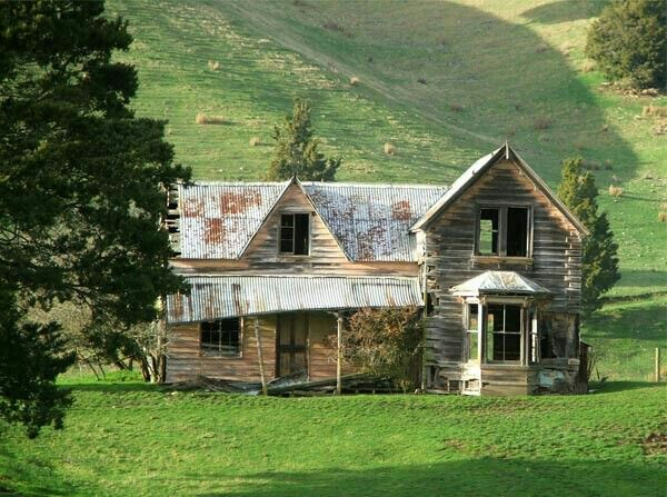 Old Victorian Farmhouse Near Nelson In New Zealand Real Shame That These Beautiful Old Houses Are Left To Fall To Abandoned Houses Old Farm Houses Old Cottage