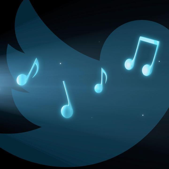 트위터가 별도의 모바일앱인 '트위터 음악(Twitter Music)'을 iOS버전으로 이번달 말에 출시한다는 소문입니다. 작년에 조용히 인수한 We Are Hunted팀이 했던 서비스를 그대로 내는 듯. 트위터에 올라온 음악을 분석해서 인기 음악, 현재 듣고 있는 음악, 추천 음악 등을 제공. 페이스북이 뉴스피드를 개편하면서 음악과 같은 특정 컨텐츠만 볼 수 있는 컨텐츠 피드 http://mushman.co.kr/2691913 를 제공하는데.. 트위터/페이스북 등 플랫폼을 장악한 사업자가 버티컬한 영역으로 계속 진출하는군요.