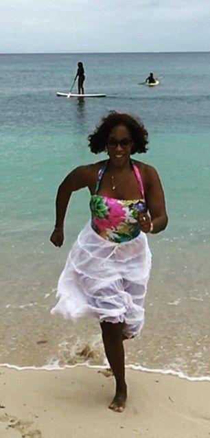 Mit ihre schlanke Körper und Hellbraun Haartyp ohne BH (BH-Größe ) auf Strand im Bikini
