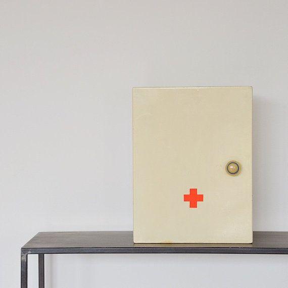 Vintage Erste Hilfe Verbandskasten weiß von LeFlair auf Etsy