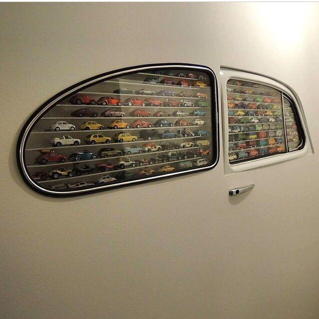 coleção de carrinhos, janela de carro, quarto de menino
