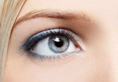 Maquillar los ojos claros