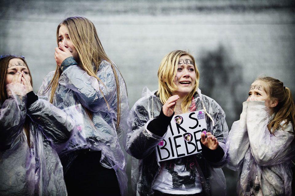 Vuoden uutiskuva - kunniamaininta. Justin Bieberin fanit saivat juuri tietää että he ovat voittaneet pääsyn tapaamaan Justinia ennen illan konserttia. Kaisaniemi, Helsinki, 26 Huhtikuuta 2013