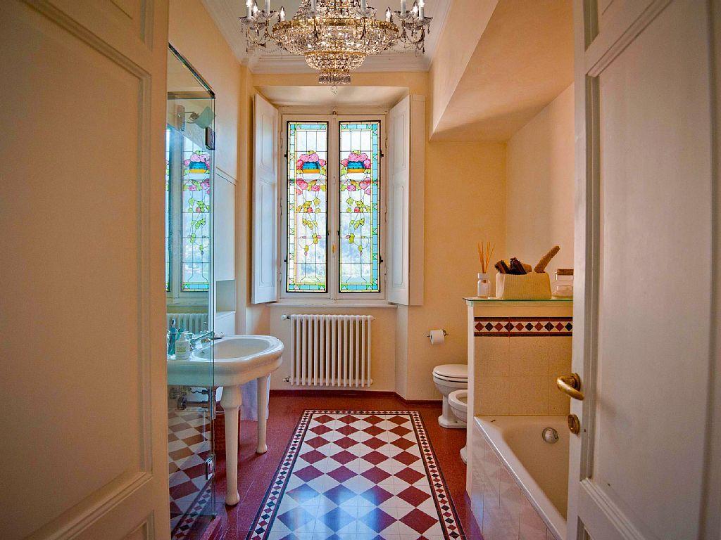 Finestra Bagno ~ Bagno con finestre a lago e vetri cattedrale villa traversi
