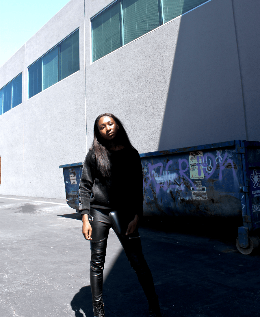 Edgy & Casual chic style   How to wear neoprene mesh sweater + leather pants + combat boots + metallic clutch. Outfit by Iman, Parisian and West African fashion blogger.   Tenue pull + pantalon cuir + bottines à lacets. Blogueuse parisienne et ouest africaine Iman.