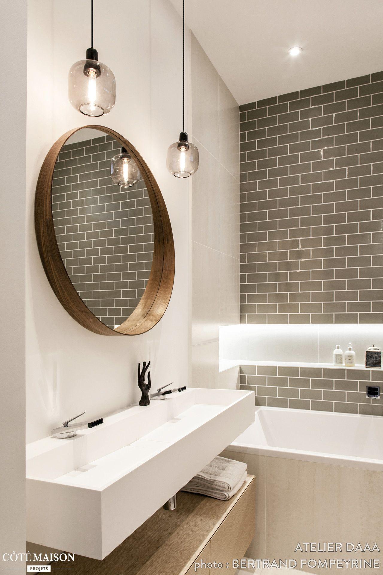 Le carrelage m tro couleur taupe le miroir rond et les - Miroir salle de bain rond ...
