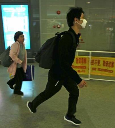 上海浦東空港に降り立った羽生結弦は報道陣の姿を見かけるとポンと軽くジャンプした後 - Yahoo!ニュース(スポニチアネックス)