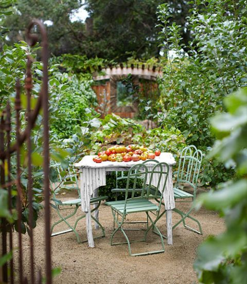 17 Signs You Live in the Country – Backyard entertaining area
