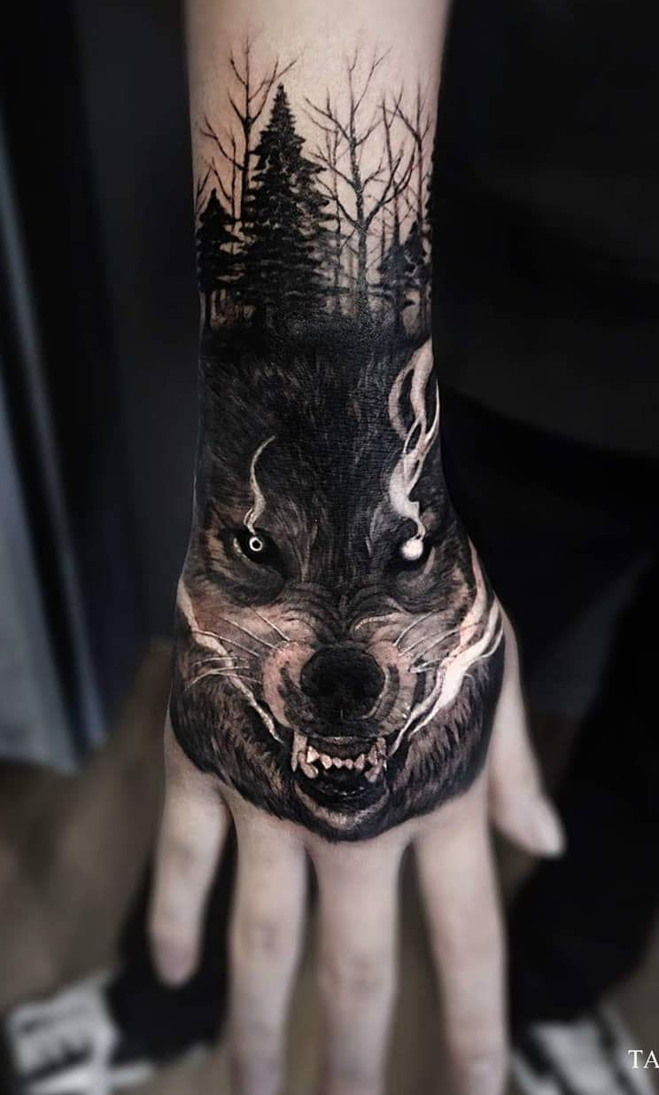 15 Tatuaje de lobo mano