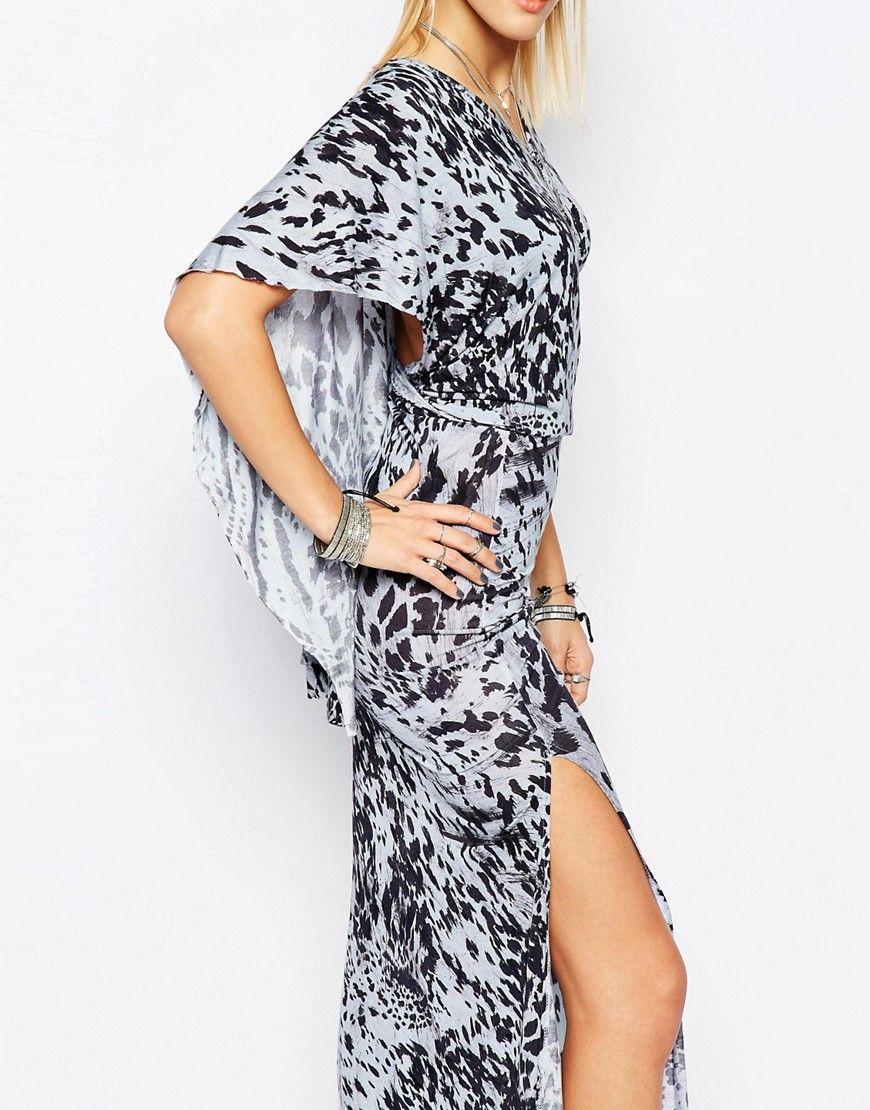 Imagen de vestido largo con capa en la espalda y estampado animal