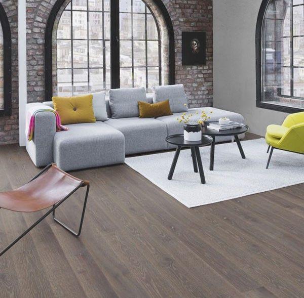 Salón urbano y moderno decorado con muebles coloridos, grandes ...