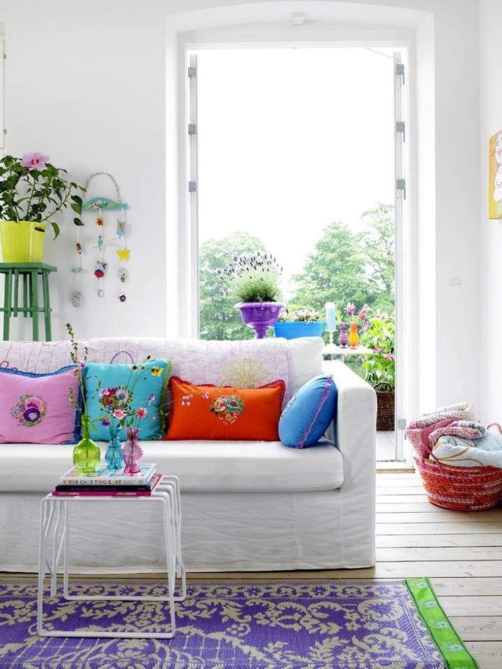 So cute! Especially when you can't paint the walls! | white living room with colorful accents