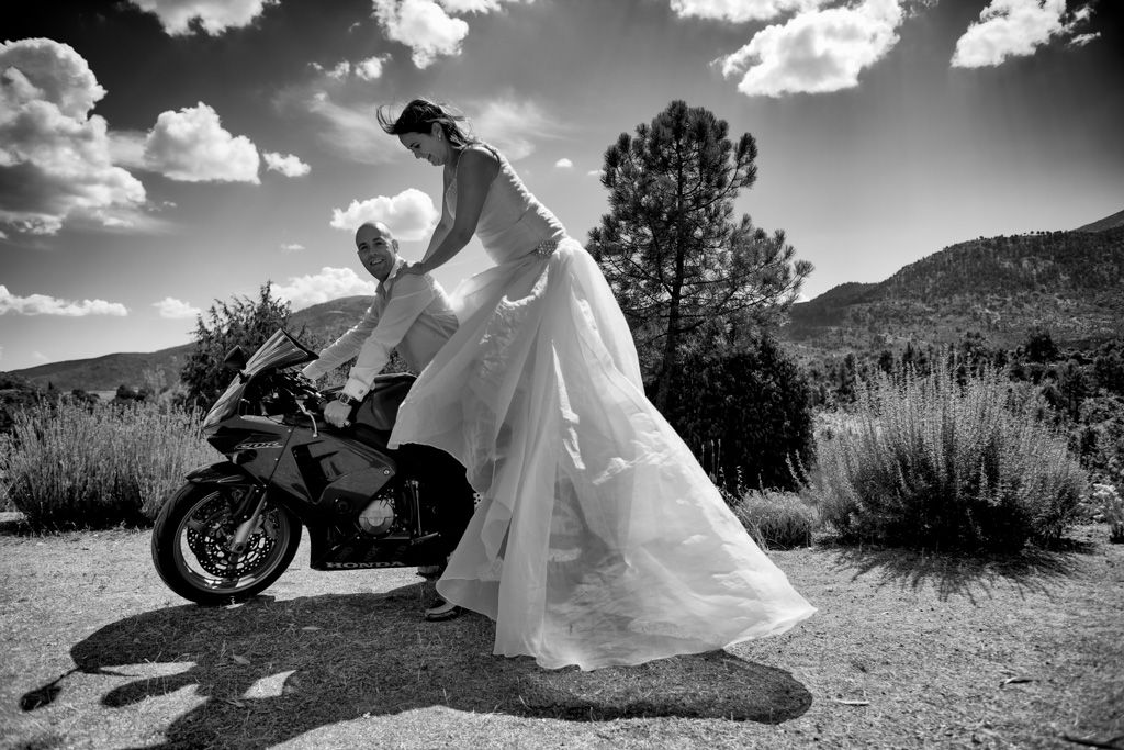 Fotos novios en moto, #boda, #trashthedress