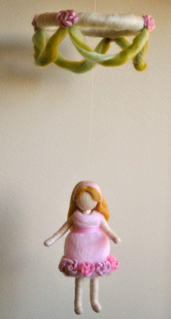 Waldorf inspirado aguja fieltro niñas móvil: niña en por MagicWool