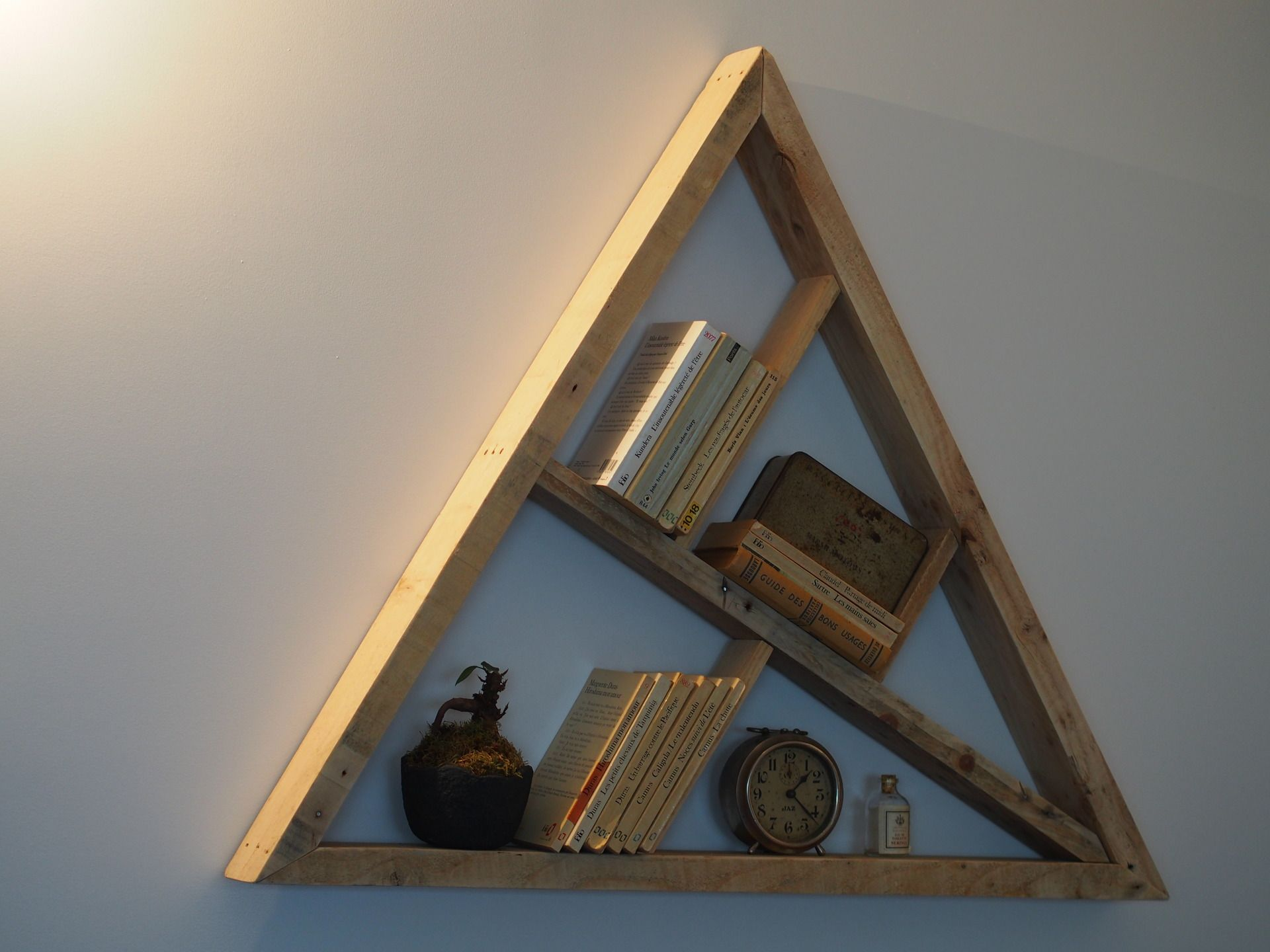 Etag re biblioth que triangle en bois recycl palette for Etagere avec palette