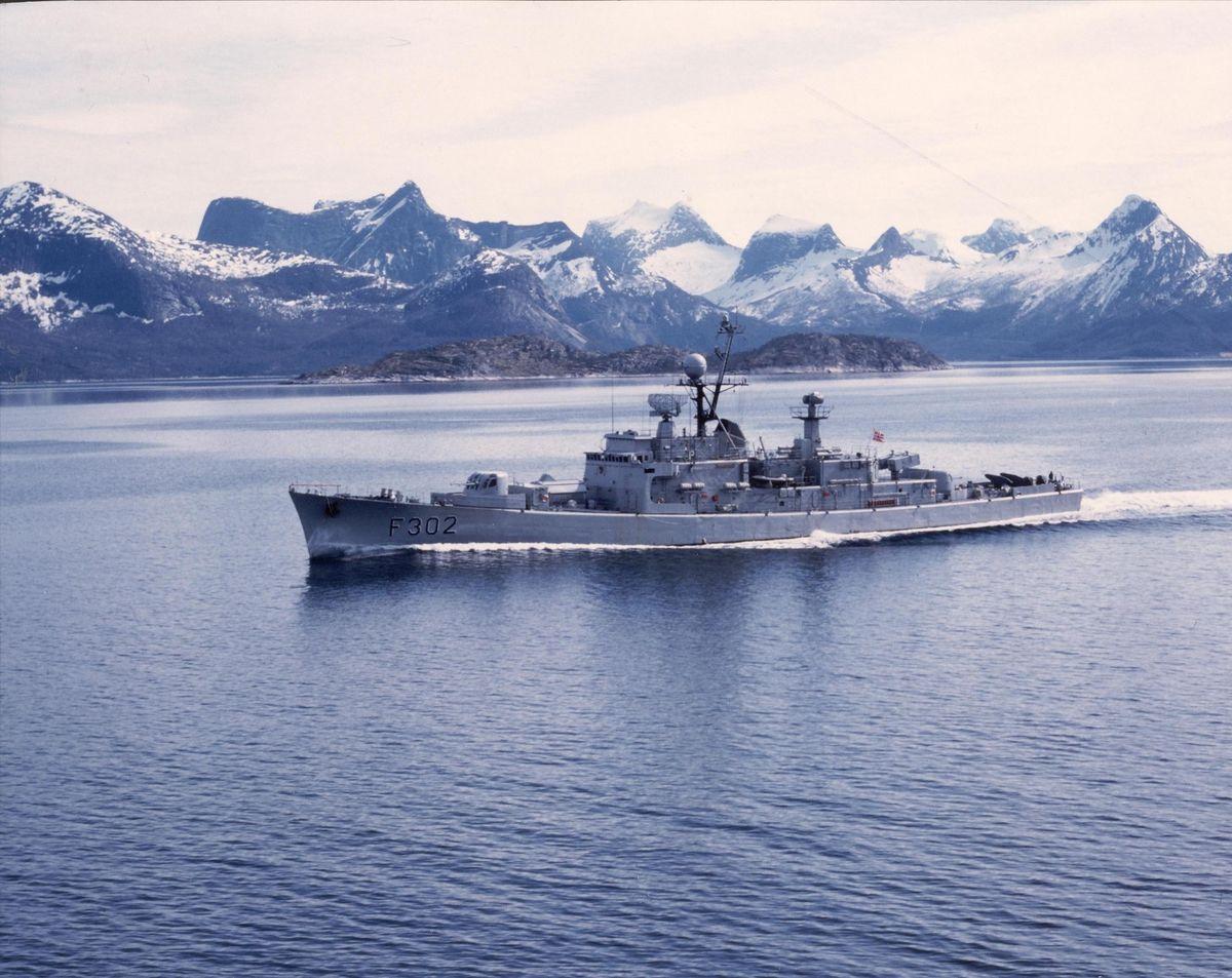 Fregatten KNM Trondheim, under fart. babord side