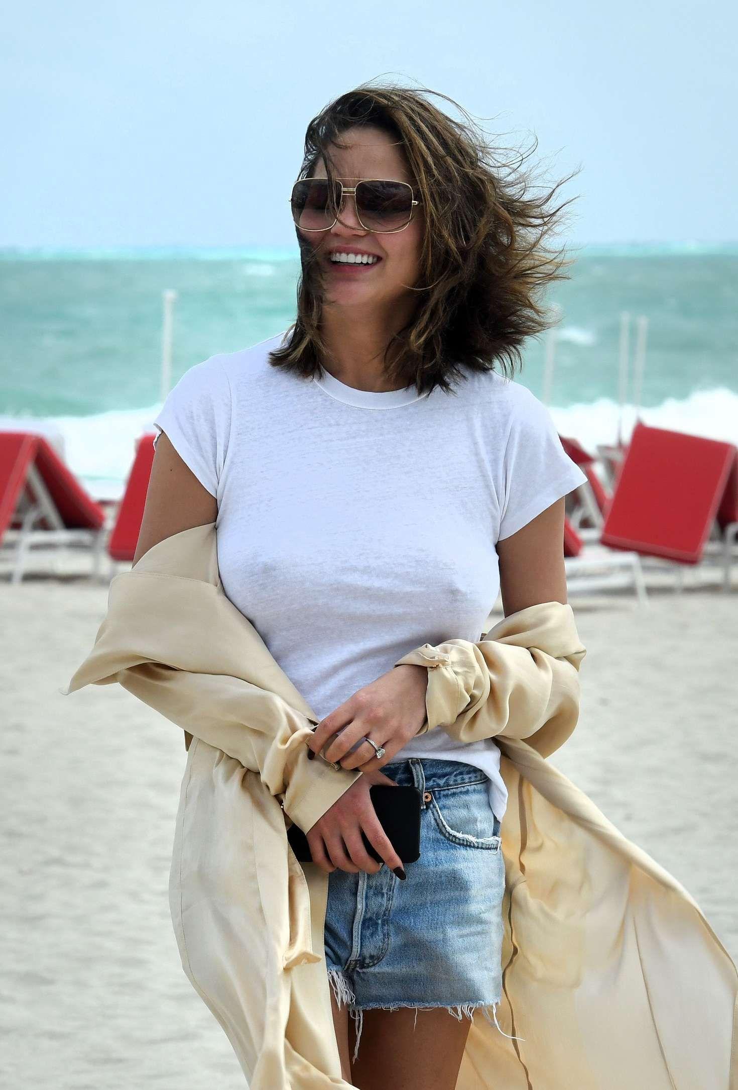 Chrissy-Teigen-in-Jeans-Shorts-on-the-Beach-in-Miami--14.jpg (1470×2169)