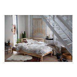 To funktioner i én - chaiselong om dagen og seng om natten. Ryglænet kan monteres på sovesofaens højre eller venstre side. Ubehandlet fyr er et bæredygtigt materiale med naturlige variationer, der gi'r alle møbler et unikt udseende. Med bejdse, olie eller lak kan du nemt gøre overfladen mere holdbar – og møblerne mere personlige.