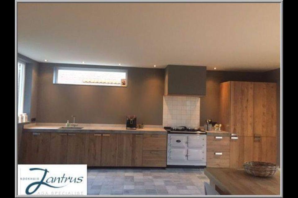 Mooie keuken met hout, grijs en Aga