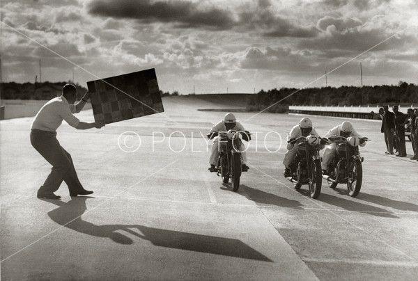 Testkjøring av Triumph Thunderbirds første produkjson beviser her at de kan kjøre 160 km/t. 21. sep. 1949. Foto: POLYFOTO/ Arkiv Sturlason