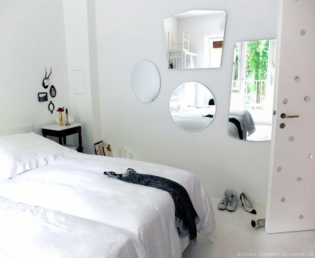 Wonderful Schlafzimmer I Spiegel I Neu Und Alt I Weiße Bettwäsche I Weißer  Estrichboden I DIY Bett Design Ideas